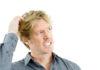 Ein Mann mit juckender Kopfhaut