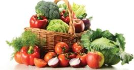 Ernährungsumstellung - Korb mit Obst und Gemüse