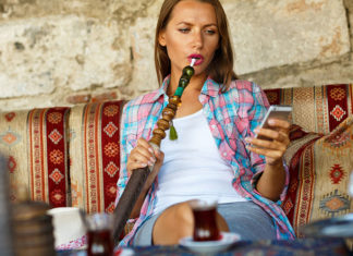 Eine Frau raucht eine Wasserpfeiffe