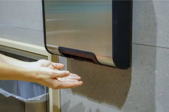 Ein elektrischer Händetrockner ist ziemlich unhygienisch (v74 / Depositphotos)