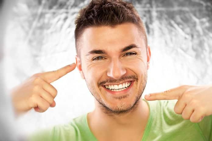 Lächelnder Mann mit gesunden Zähnen