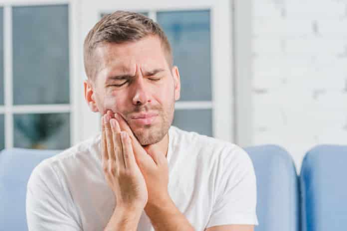 Ein Mann mit Zahnschmerzen (Freepik.com)