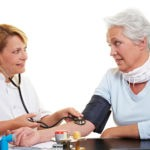 Seniorin lässt ihren Blutdruck beim Arzt messen