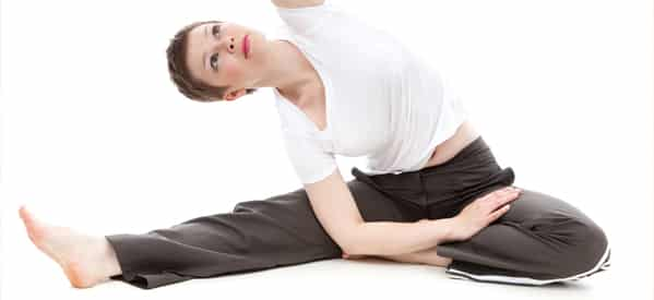 Frau macht Stretching
